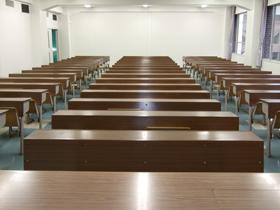 6号館2階講義室(621)